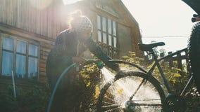 A jovem mulher lava sua bicicleta filme
