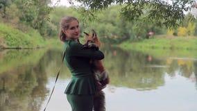 A jovem mulher levanta com a raposa vermelha no parque em seu lazer video estoque