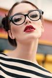 A jovem mulher lindo com cabelo escuro na roupa ocasional veste glas imagem de stock