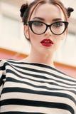 A jovem mulher lindo com cabelo escuro na roupa ocasional veste glas imagem de stock royalty free