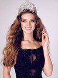 Jovem mulher lindo com cabelo escuro no vestido luxuoso com coroa preciosa imagem de stock