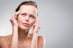 Jovem mulher lindo com dor de cabeça/enxaqueca severas Fotos de Stock Royalty Free
