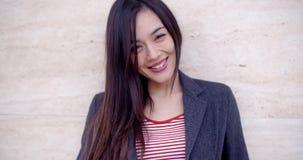 Jovem mulher lindo com um sorriso vivo video estoque