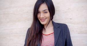Jovem mulher lindo com um sorriso vivo foto de stock
