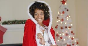 Jovem mulher lindo que veste um equipamento de Santa imagens de stock