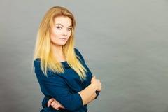 Jovem mulher loura do retrato que tem a expressão séria da cara Fotografia de Stock