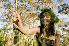 Jovem mulher loura feliz no parque verde da mola que sorri, estilo de vida fotos de stock