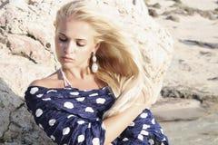 Jovem mulher loura misteriosa bonita. fundo de pedra Imagens de Stock Royalty Free