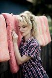 Jovem mulher loura na camisa e na calças de ganga do vaqueiro Foto de Stock