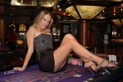 Jovem mulher loura na tabela da roleta - microplaquetas imagem de stock royalty free