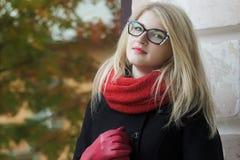 Jovem mulher loura no olho de gato preto e branco Imagens de Stock Royalty Free