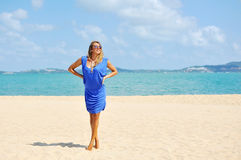Jovem mulher loura relaxado bonita que veste o cl azul elegante Fotografia de Stock