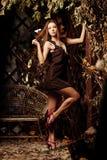 Jovem mulher luxuosa da beleza em uma floresta místico Foto de Stock Royalty Free