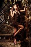 Jovem mulher luxuosa da beleza em uma floresta místico Imagem de Stock Royalty Free