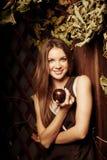 Jovem mulher luxuosa da beleza em uma floresta místico Fotografia de Stock Royalty Free