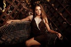 Jovem mulher luxuosa da beleza em uma floresta místico Fotografia de Stock