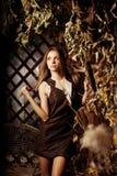 Jovem mulher luxuosa da beleza em uma floresta místico Imagens de Stock