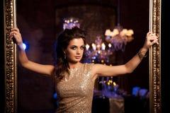 Jovem mulher luxuosa no interior caro Menina com valor máximo de concentração no trabalho sem falhas Imagens de Stock