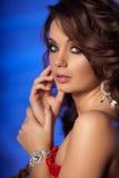 Jovem mulher luxuosa no interior caro Menina com valor máximo de concentração no trabalho sem falhas Fotografia de Stock Royalty Free