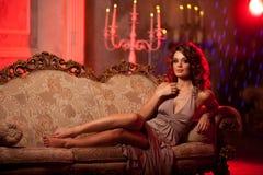 Jovem mulher luxuosa no interior caro Menina com valor máximo de concentração no trabalho sem falhas Fotos de Stock