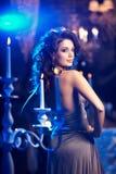 Jovem mulher luxuosa no interior caro Menina com valor máximo de concentração no trabalho sem falhas Imagem de Stock Royalty Free