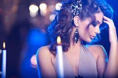Jovem mulher luxuosa no interior caro Menina com valor máximo de concentração no trabalho sem falhas Foto de Stock Royalty Free