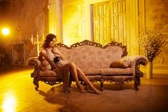 Jovem mulher luxuosa no interior caro Menina com valor máximo de concentração no trabalho sem falhas Foto de Stock