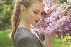 Jovem mulher magro do gengibre vermelho bonito do cabelo com pele fresca no Ca fotografia de stock royalty free