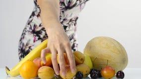 Jovem mulher magro que escolhe frutos Perda de peso e conceito saudável do alimento Movimento lento vídeos de arquivo