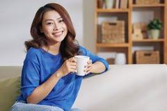 Jovem mulher maravilhosa com xícara de café foto de stock