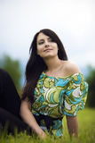Jovem mulher meditativo bonita Fotos de Stock Royalty Free