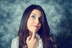 Jovem mulher mediterrânea com cabelo marrom longo que pensa foto de stock