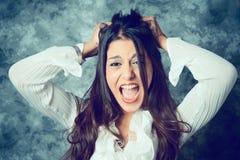 Jovem mulher mediterrânea desesperada com cabelo marrom longo foto de stock