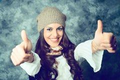 Jovem mulher mediterrânea positiva com cabelo marrom longo fotografia de stock royalty free