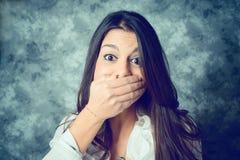 Jovem mulher mediterrânea surpreendida com cabelo marrom longo imagens de stock
