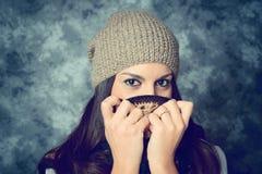 Jovem mulher mediterrânea tímida com cabelo marrom longo fotos de stock
