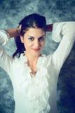 Jovem mulher mediterrânea tímida com cabelo marrom longo imagens de stock