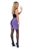 Jovem mulher Mini Dress curto roxo apertado vestindo de ondulação com calças justas e sapatas do salto alto Imagem de Stock Royalty Free