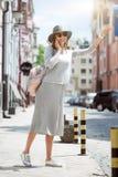 Jovem mulher moderna em uma cidade grande fotografia de stock