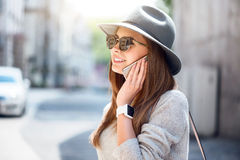 Jovem mulher moderna em uma cidade grande fotografia de stock royalty free