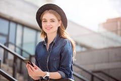 Jovem mulher moderna que usa tecnologias fotos de stock