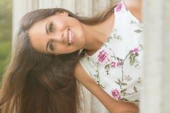Jovem mulher moreno bonita que veste o teste padrão de flor do vestido agradável fotos de stock royalty free