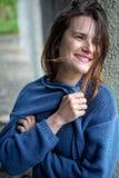 Jovem mulher moreno de sorriso na camiseta azul foto de stock