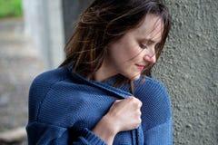 Jovem mulher moreno de sorriso na camiseta azul foto de stock royalty free