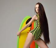 Jovem mulher moreno 'sexy' bonita com o cabelo longo que guarda o surfb Imagem de Stock