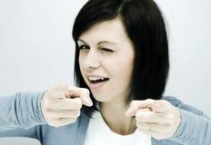 A jovem mulher mostra os dedos Imagem de Stock Royalty Free