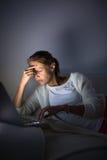 Jovem mulher muito cansado, queimando o óleo do midnigh Fotos de Stock Royalty Free