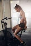 Jovem mulher muscular que faz o cardio- exercício intenso imagem de stock royalty free