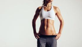 Jovem mulher muscular que levanta no sportswear fotografia de stock