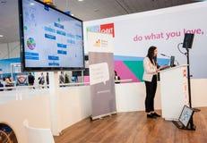 A jovem mulher não identificada faz a apresentação no salão de leitura Startup da fase Fotografia de Stock